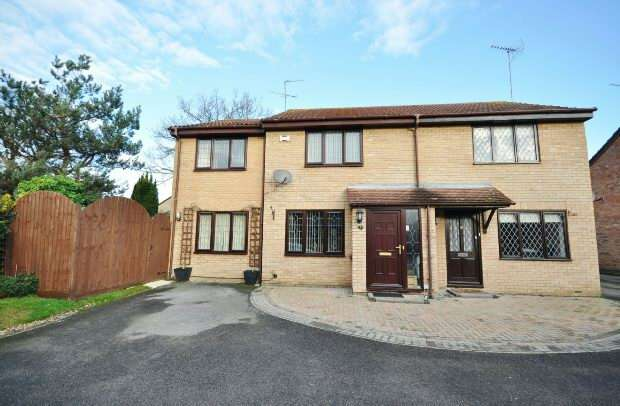 3 Bedrooms Semi Detached House for sale in Finstock Close, Lower Earley, Reading,