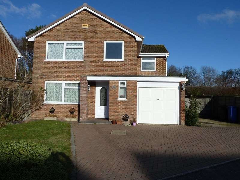 4 Bedrooms Detached House for sale in Lynwood Drive, Merley, Wimborne
