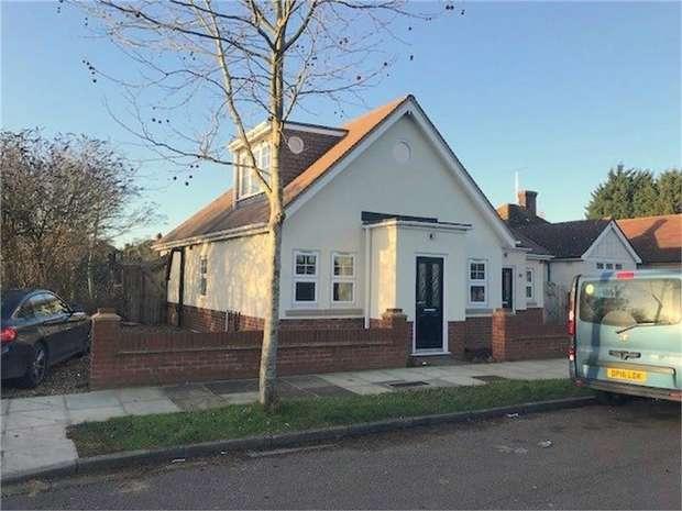 3 Bedrooms Semi Detached Bungalow for sale in Conway Road, Whitton, Hounslow, Middlesex