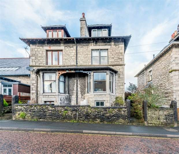 3 Bedrooms Town House for sale in Gillinggate, Kendal, Cumbria