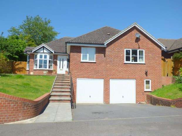 4 Bedrooms Detached House for rent in Fairway Avenue, Tilehurst, RG30 4QB