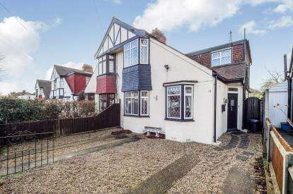 4 Bedrooms Bungalow for sale in Barkingside, Ilford, Essex
