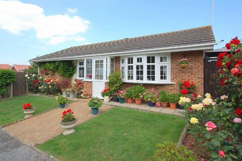 2 Bedrooms Detached Bungalow for sale in Hogarth Close, Beltinge, Herne Bay