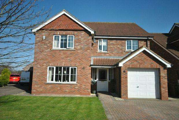 4 Bedrooms Detached House for sale in Permain Close, Scartho, GRIMSBY