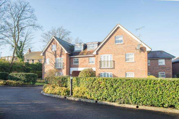 2 Bedrooms Flat for sale in Brighton Road, Tadworth, Surrey