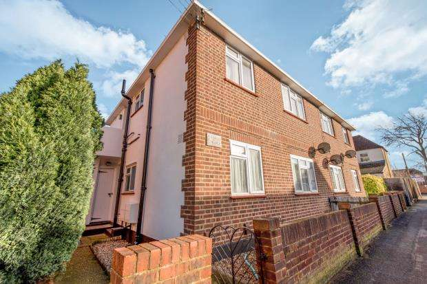 2 Bedrooms Maisonette Flat for sale in Lincoln Road, Worcester Park, Surrey