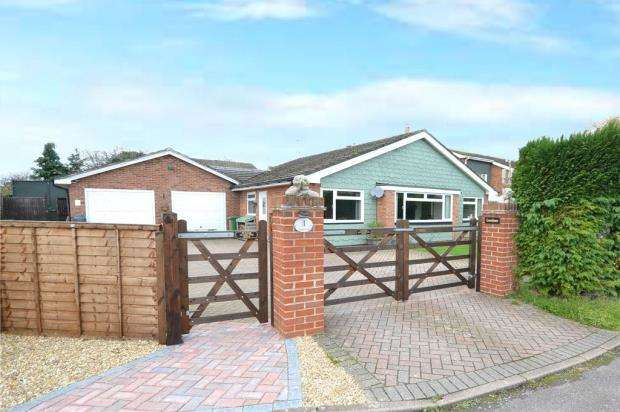 3 Bedrooms Detached Bungalow for sale in Lyde Close, Oakley, Basingstoke