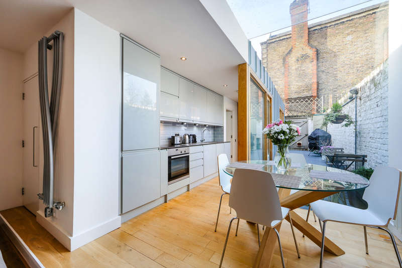 2 Bedrooms Flat for sale in Calabria Road, London