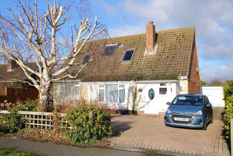 3 Bedrooms Chalet House for sale in Cowley Road, Lymington, Hampshire