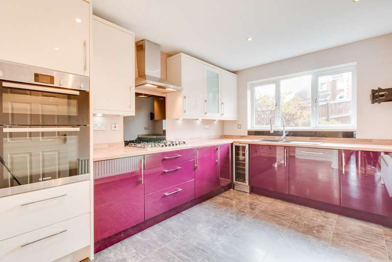 4 Bedrooms Detached House for sale in St Matthews Close, Renishaw S21