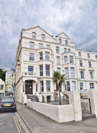2 Bedrooms Apartment Flat for sale in Grosvenor Court, Central Promenade, Douglas, IM2 4LN