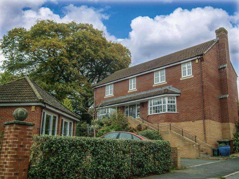 4 Bedrooms Detached House for sale in 2 Southfield Drive, Crediton