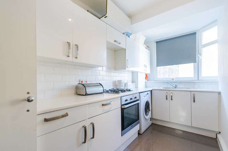 2 Bedrooms Flat for sale in Valley Grove, Charlton, SE7