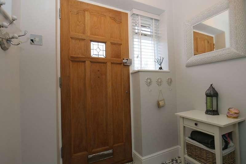 4 Bedrooms Semi Detached House for sale in Roman Road, Northfleet, Gravesend, Kent, DA11 8EX