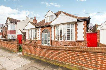3 Bedrooms Bungalow for sale in Portsmouth, Hampshire