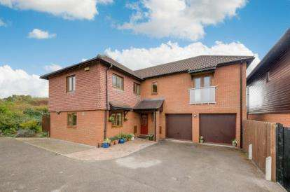 5 Bedrooms Detached House for sale in Limbaud Close, Walton Park, Milton Keynes
