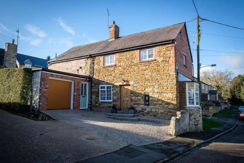3 Bedrooms Detached House for sale in The Crescent, Pattishall