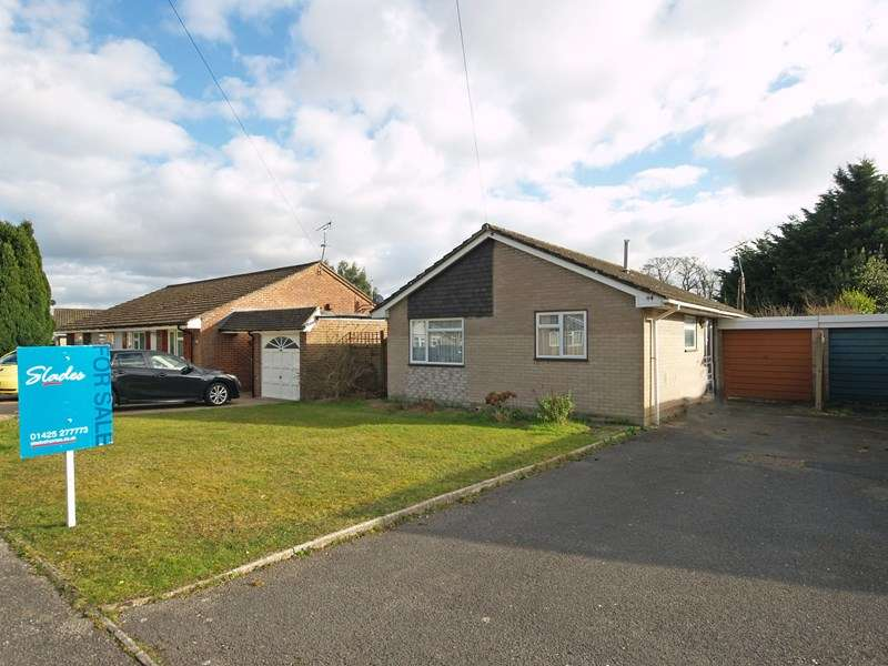 2 Bedrooms Bungalow for sale in The Meadway, Highcliffe, Christchurch