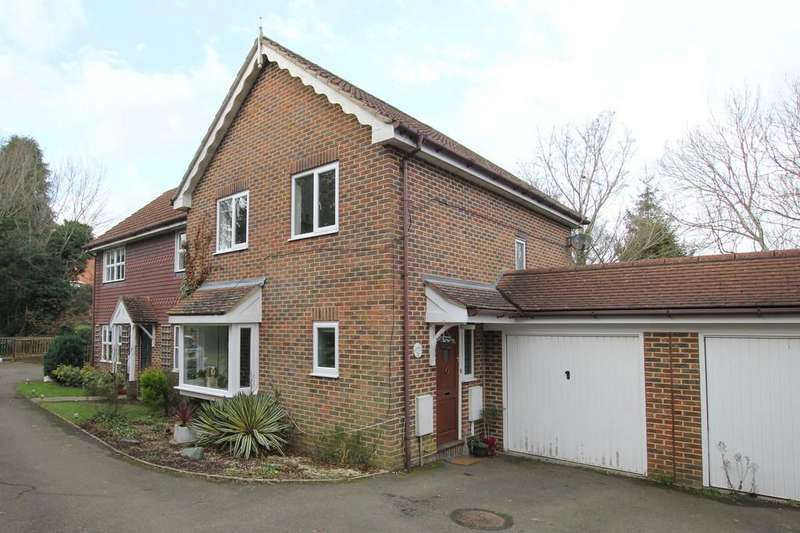 3 Bedrooms Semi Detached House for sale in Meadow Rise, Horam