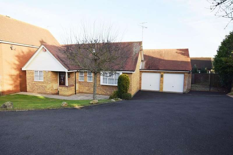 3 Bedrooms Detached Bungalow for sale in Fulmar Close, Colchester, CO4 3FJ