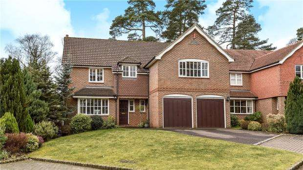 5 Bedrooms Detached House for sale in The Mallards, Frimley, Camberley