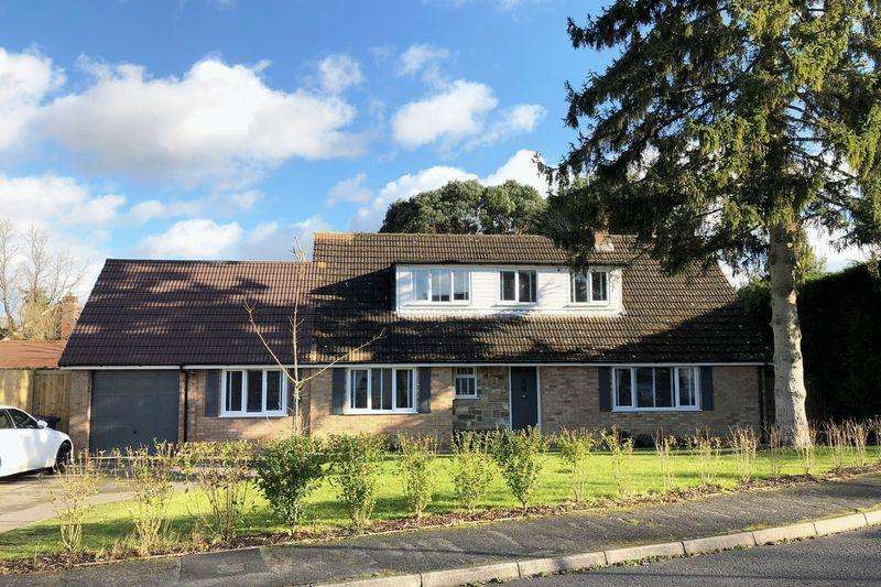 4 Bedrooms Detached House for sale in Cromwell Place, Cranleigh