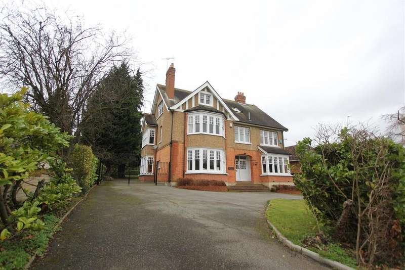 6 Bedrooms Detached House for sale in Hillwood Grove, Hutton Mount, Brentwood