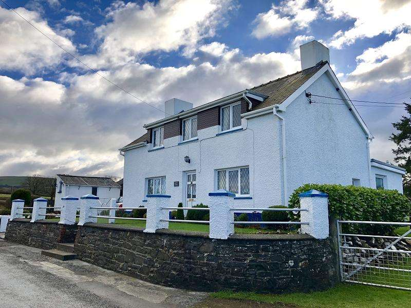 3 Bedrooms Detached House for sale in Llangadog, Carmarthenshire.
