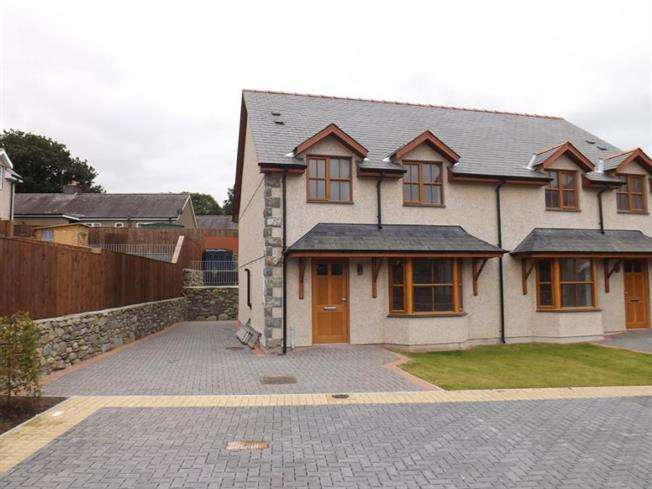 3 Bedrooms Semi Detached House for sale in 4 Plas Newydd, Llanbedr, LL45