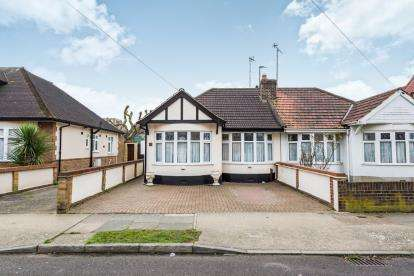 3 Bedrooms Bungalow for sale in Romford