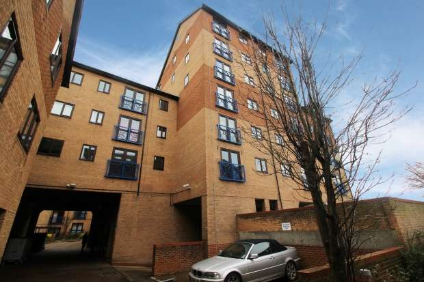 2 Bedrooms Apartment Flat for sale in Crawley Court, Gravesend, Kent, DA11 0BE