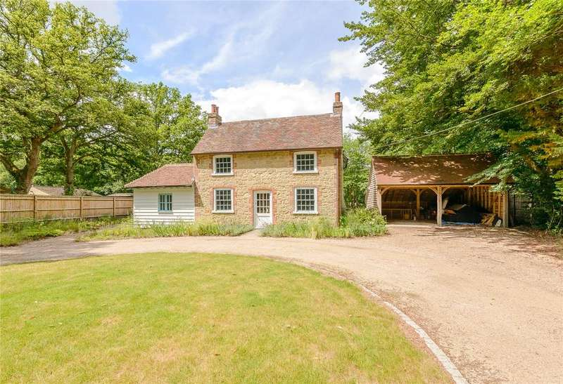 4 Bedrooms Detached House for sale in Hollywater Road, Hollywater, Hampshire