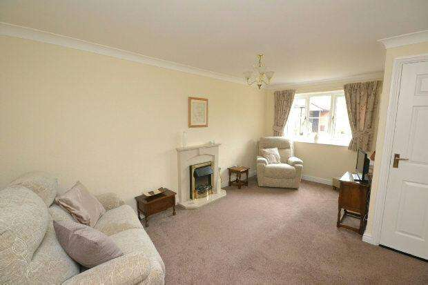 2 Bedrooms Flat for sale in Orchard Court, Neville Turner Way, Waltham, GRIMSBY