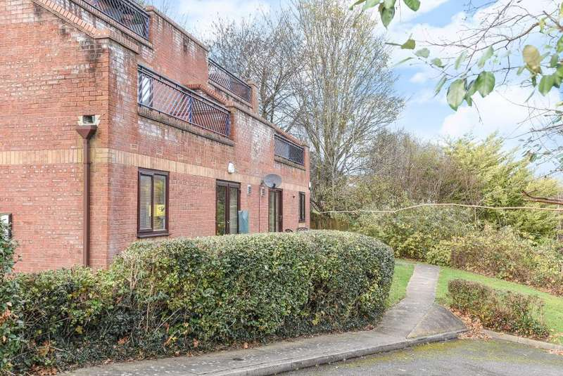 2 Bedrooms Flat for sale in Downley Heights, Buckinghamshire, HP13