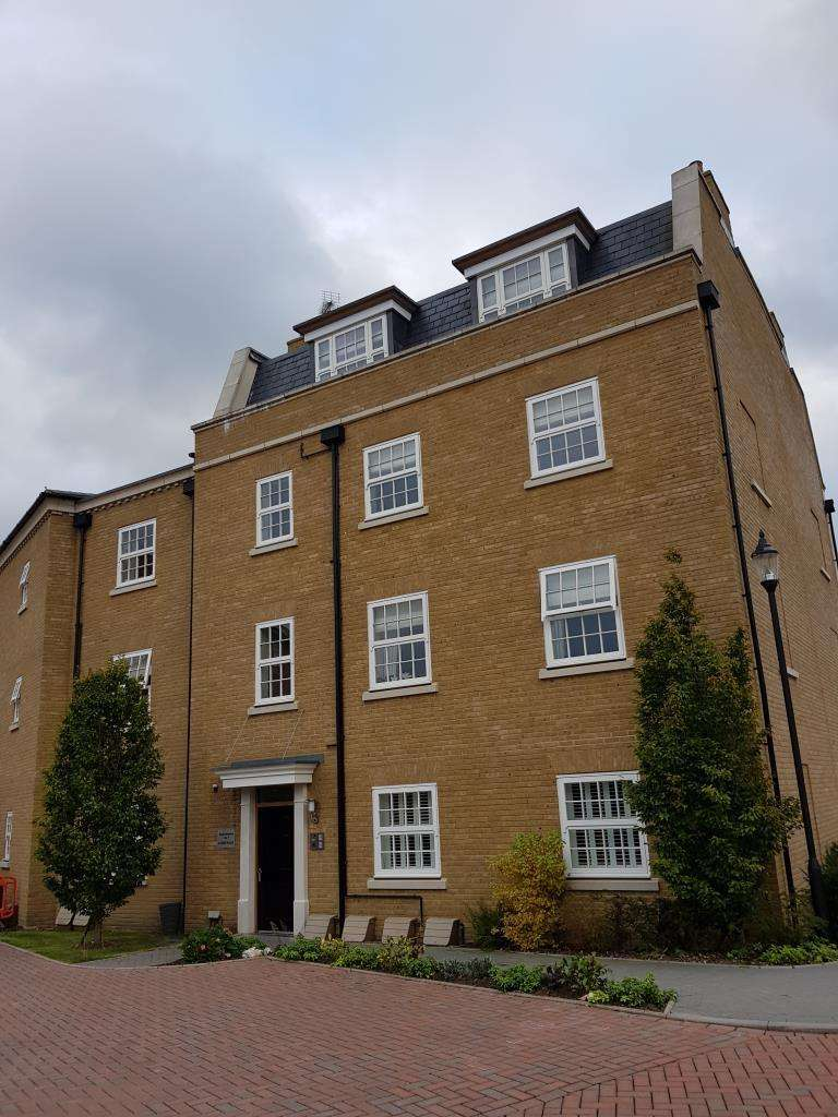 3 Bedrooms Flat for sale in Lendy Place, Thames Street, Lower Sunbury, TW16