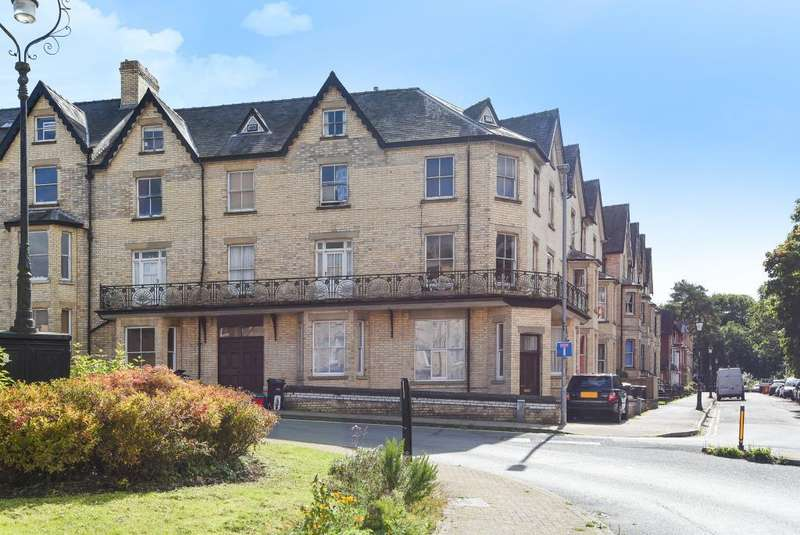 2 Bedrooms Flat for sale in Cadwallader, llandrindod Wells, LD1