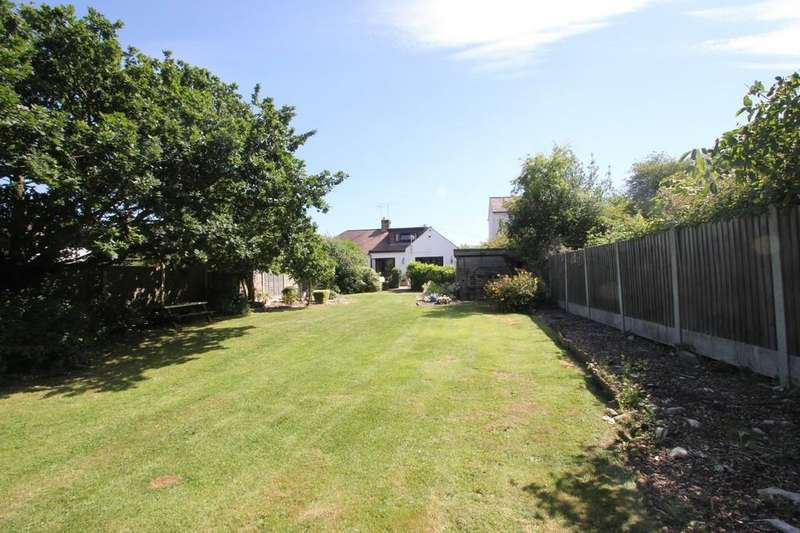 3 Bedrooms Semi Detached Bungalow for sale in Rochford Hall Close, Rochford
