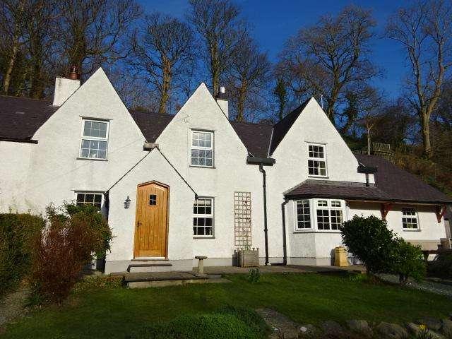 3 Bedrooms Semi Detached House for sale in VALLEY ROAD, LLANFAIRFECHAN LL33