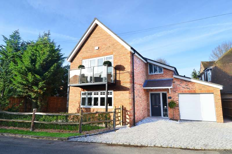 4 Bedrooms Detached House for sale in Treadaway Road, Flackwell Heath, HP10