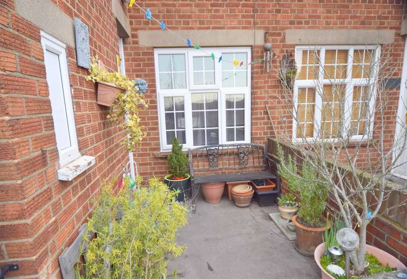 3 Bedrooms Maisonette Flat for sale in Stoneleigh Broadway, KT17 2HS