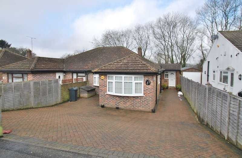 3 Bedrooms Bungalow for sale in Hillcroft Road, Chesham, HP5