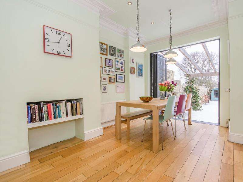 4 Bedrooms Terraced House for sale in Halliwick Road, N10