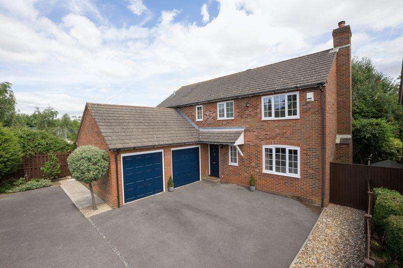 4 Bedrooms Detached House for sale in Oakwood Close, Tangmere, Chichester