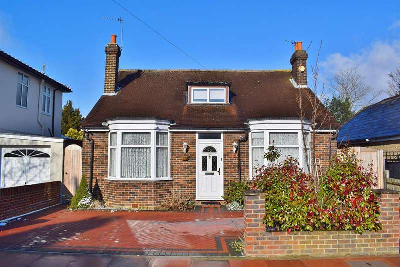 3 Bedrooms Detached Bungalow for sale in Old Farm Avenue, Sidcup, Kent, DA15 8AF