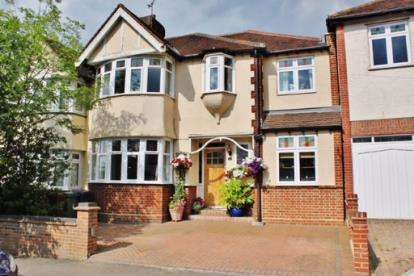 4 Bedrooms Semi Detached House for sale in Woodford Green, Essex