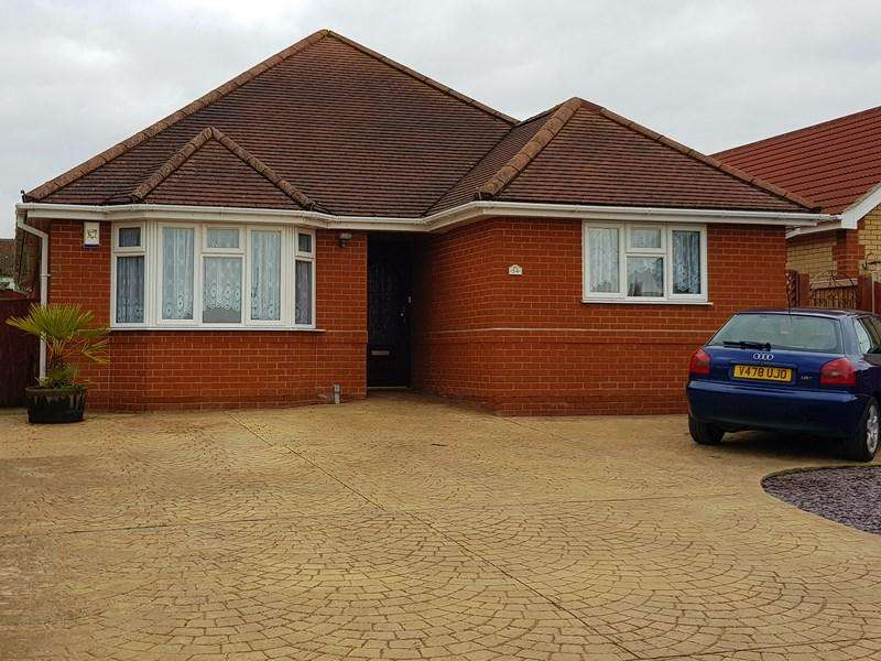 3 Bedrooms Detached Bungalow for sale in Oakmead Road, St. Osyth, Clacton-On-Sea