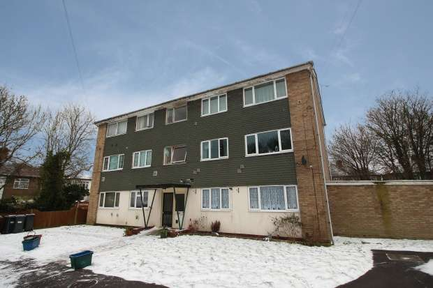 2 Bedrooms Ground Flat for sale in Roman Close, Feltham, Middlesex, TW14 0HF