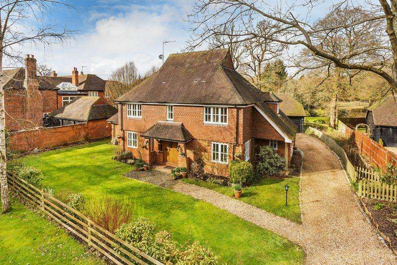 5 Bedrooms Detached House for sale in Coombe Lane, Guildford