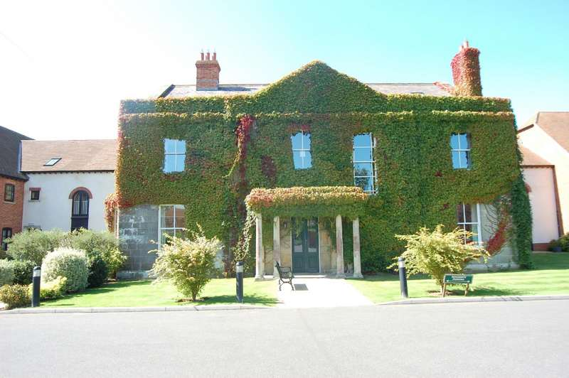 2 Bedrooms Flat for sale in Motcombe Grange, The Street, Motcombe, Dorset, SP7