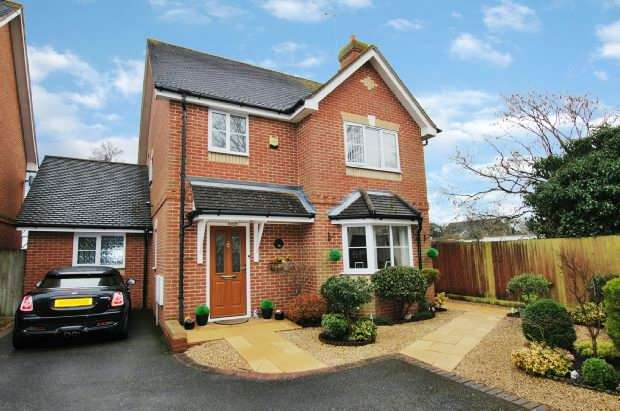4 Bedrooms Detached House for sale in Calder Close, Tilehurst, Reading,